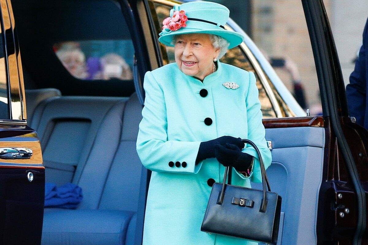 Что внутри: королевский эксперт рассказал, что Елизавета ІІ носит в своей сумочке - фото №2