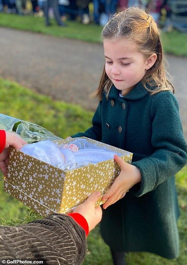 Кейт Миддлтон, принц Уильям с детьми, королева Елизавета II, принц Эндрю вцеркви Святой Марии Магдалины на рождественской службе (ФОТО)