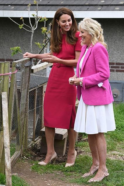 Иконы стиля носят розовый: смотрите, как прошла первая встреча Кейт Миддлтон и Джилл Байден (ФОТО) - фото №3