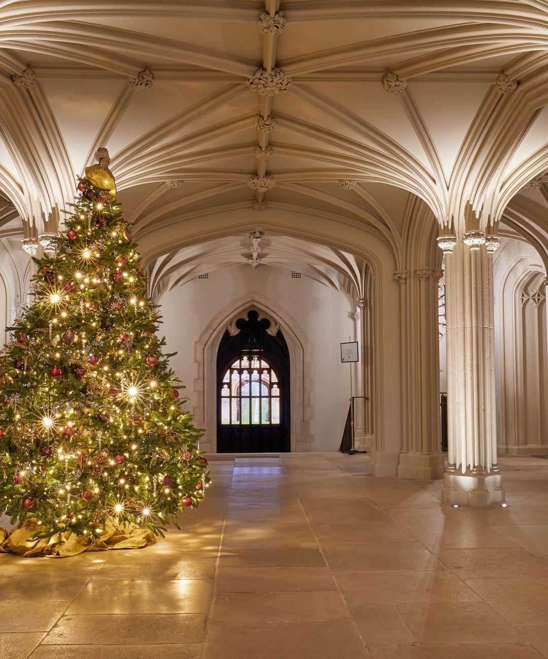 Настоящая сказка для Елизаветы II: смотрите, как украсили Виндзорский замок к Рождеству (ФОТО) - фото №2