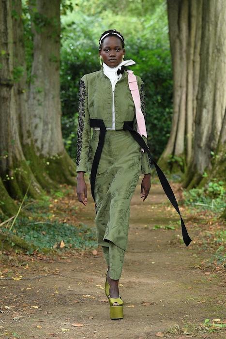"""Неделя моды в Лондоне: Erdem выпустили новую коллекцию по мотивам книги """"Любовница вулкана"""" - фото №9"""