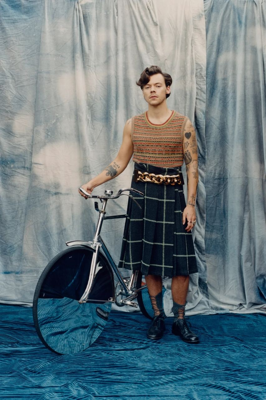 Гарри Стайлс примерил кружевные платья и юбки Gucci для американского Vogue (ФОТО) - фото №2