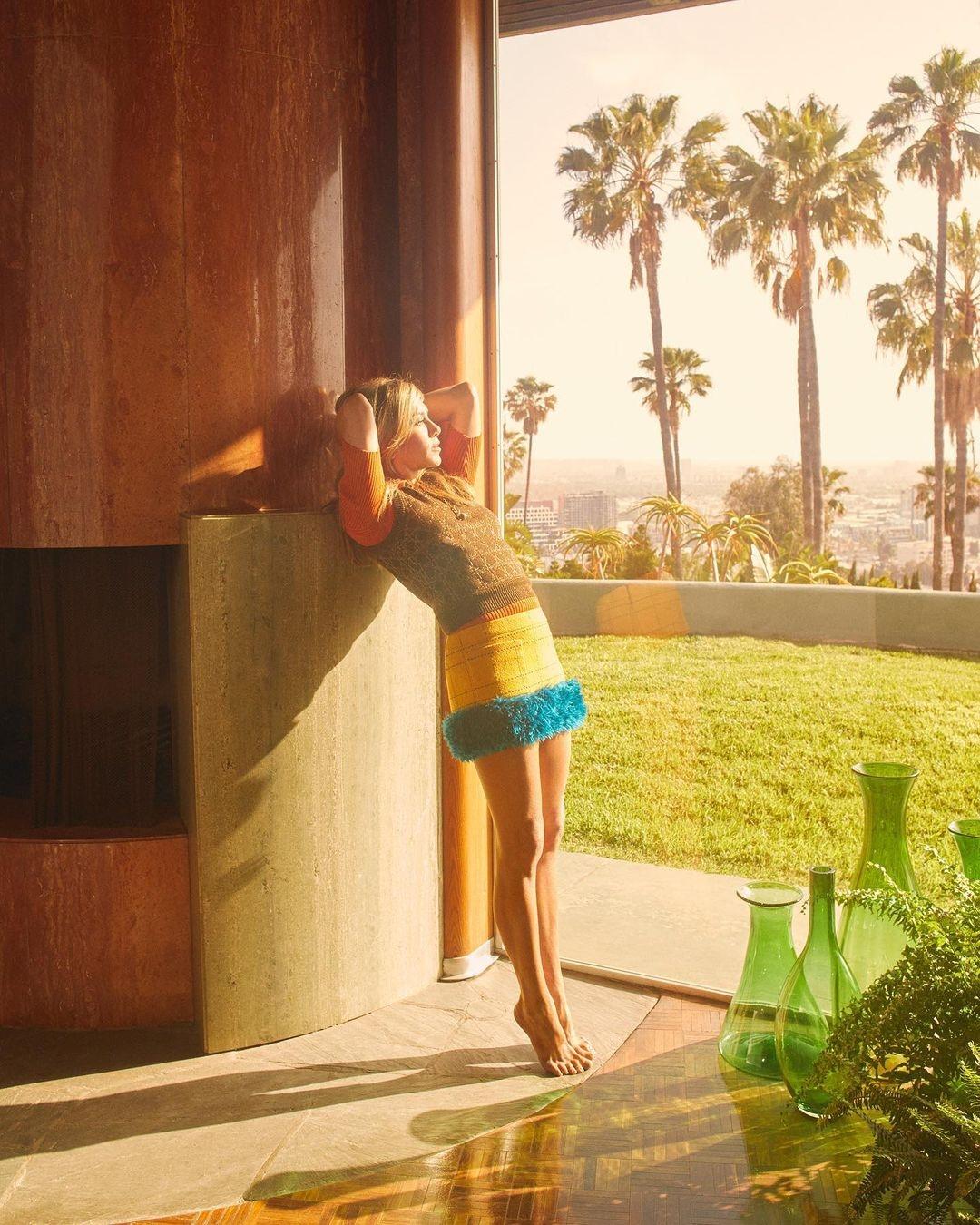 Неувядающая красота: Дженнифер Энистон покорила поклонников новой съемкой для глянца (ФОТО) - фото №3