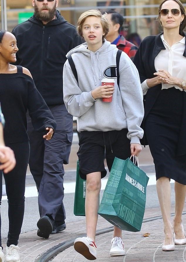Рождественский шопинг: Анджелина Джоли с дочерьми прогулялась по магазинам в Лос-Анджелесе (ФОТО) - фото №4