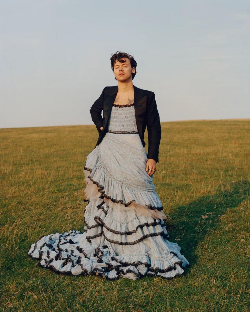 Гарри Стайлс примерил кружевные платья и юбки Gucci для американского Vogue (ФОТО) - фото №4