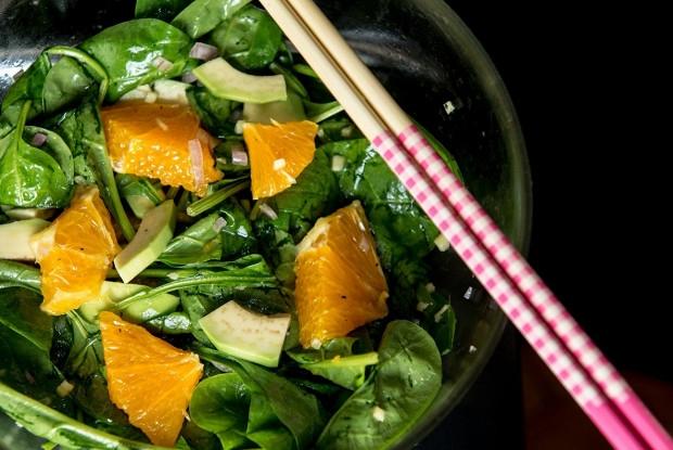 Азиатский салат с апельсином, авокадо и шпинатом