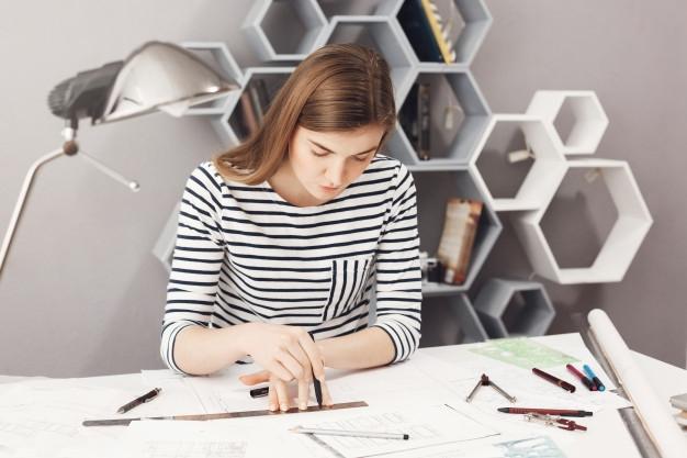 девушка рисует карту