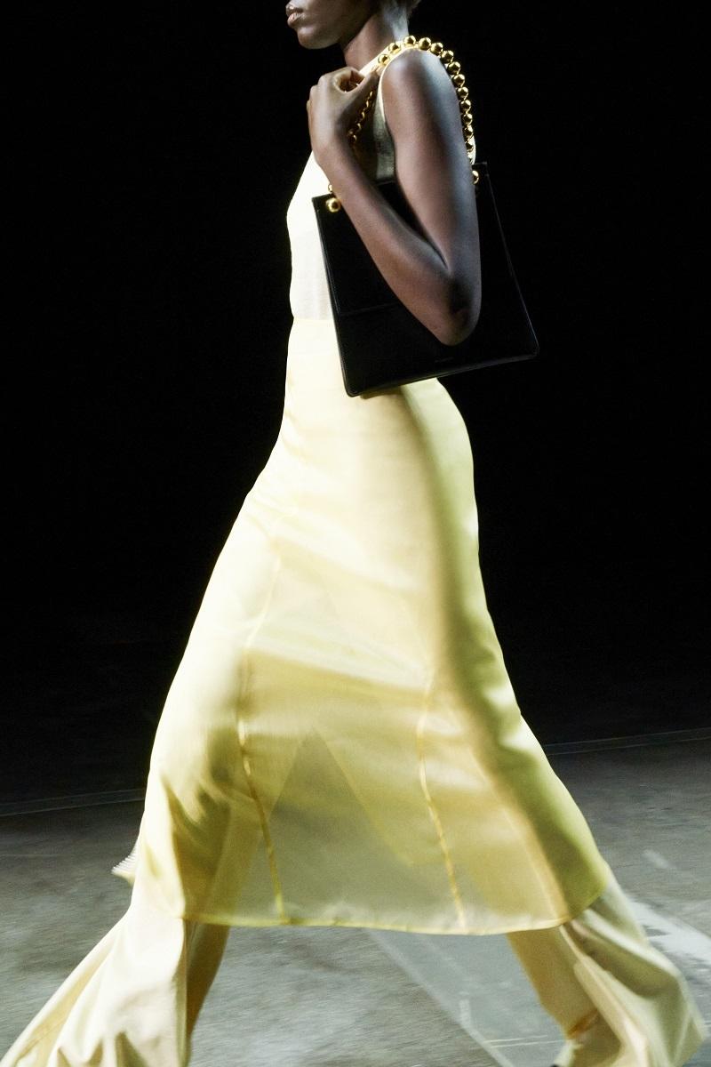 Шелковые платья, золото и много кожи: Jil Sander выпустили новую коллекцию весна-лето 2021 (ФОТО) - фото №6