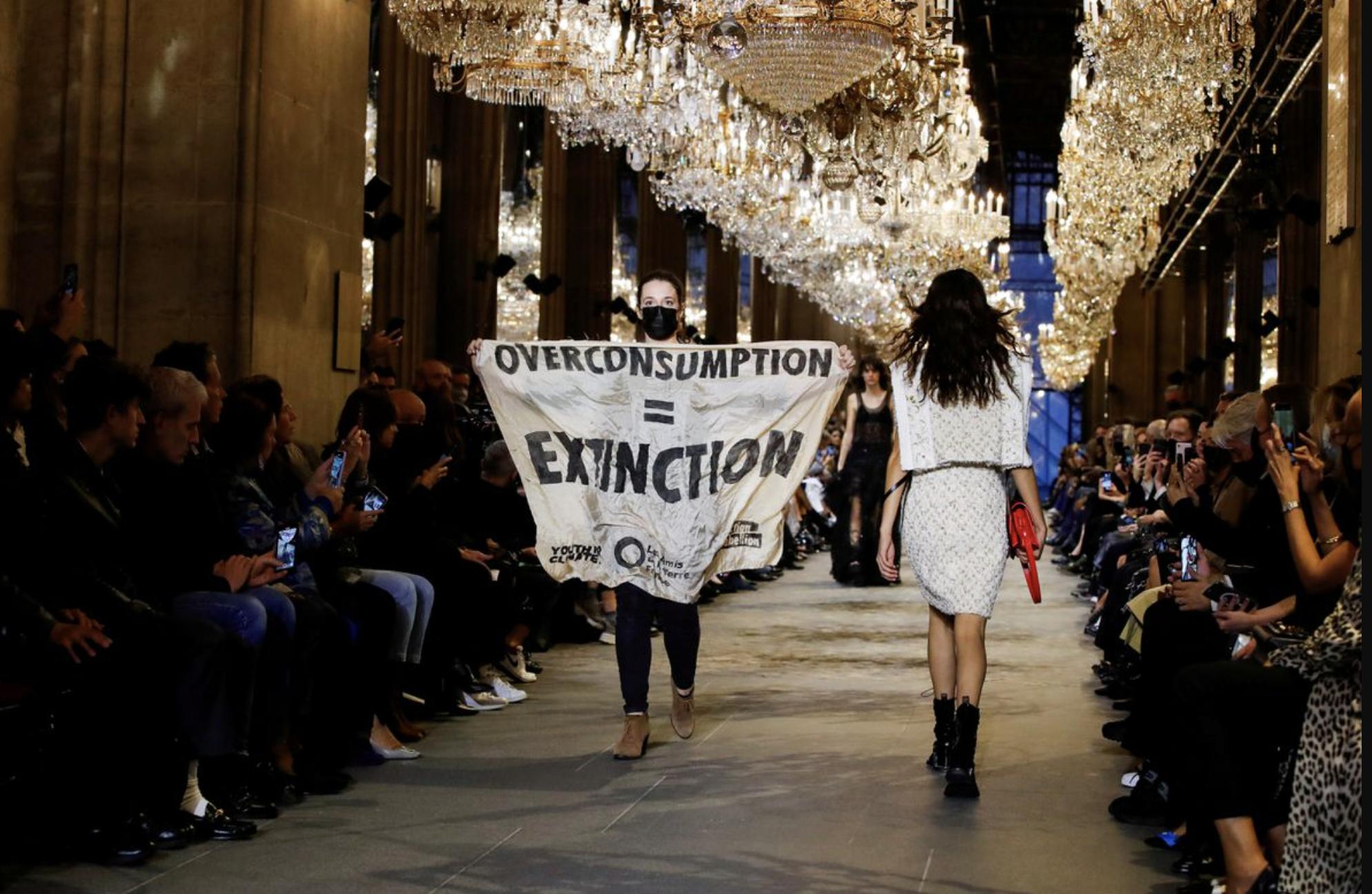 Экоактивисты попытались сорвать шоу Louis Vuitton в Париже (ВИДЕО) - фото №1