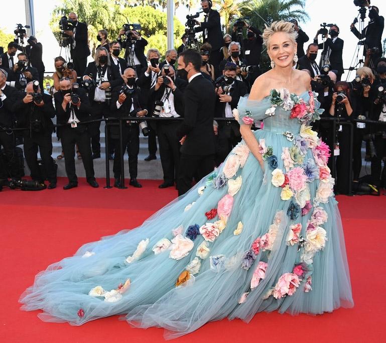 Шэрон Стоун в сказочном платье с цветами произвела фурор на Каннском кинофестивале (ФОТО) - фото №1
