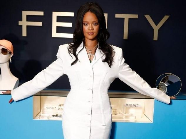 Компания LVMH закрывает бренд одежды Рианны Fenty - фото №1