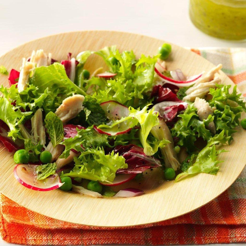 Салат с редиской, курицей и горошком