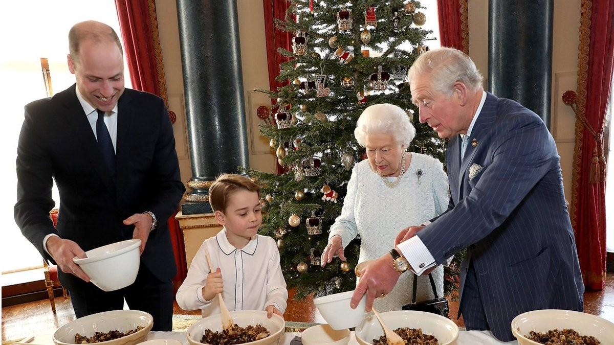 Королева Елизавета II рождественское фото с тремя наследниками: приготовление блюда с принцем Джорджем