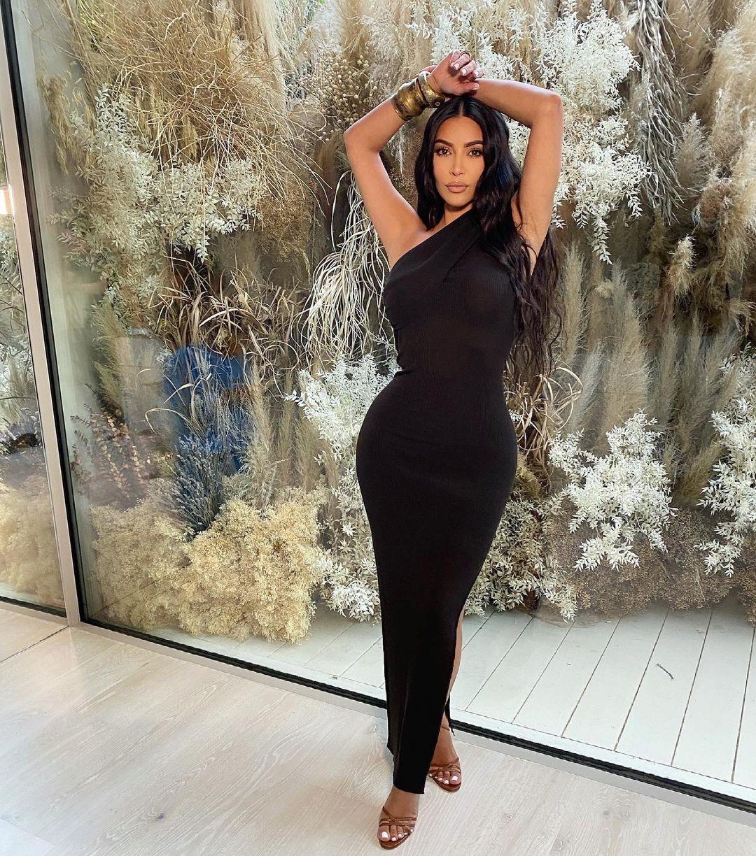 Необычный выбор: Ким Кардашьян показала образ в скромном платье макси (ФОТО) - фото №1