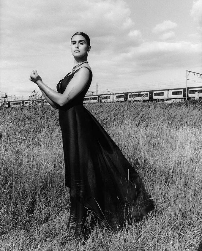 Сильные и свободные женщины. Alexander McQueen представили рекламную кампанию новой коллекции (ФОТО) - фото №3