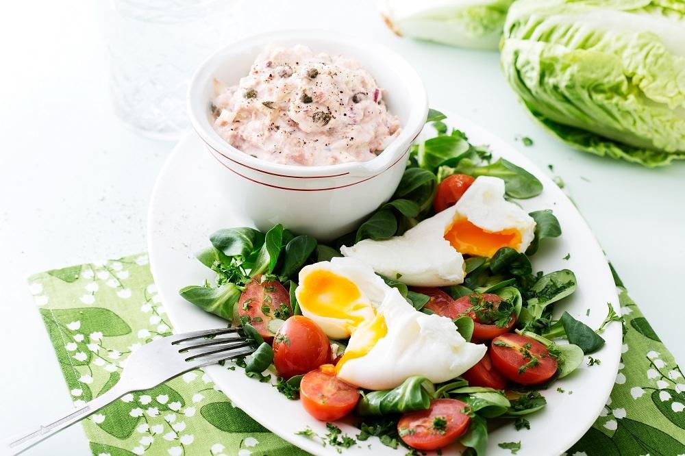 Салат с тунцом ияйца пашот