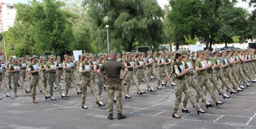Девушек-военнослужащих заставили маршировать на каблуках ради парада на День Независимости - фото №1