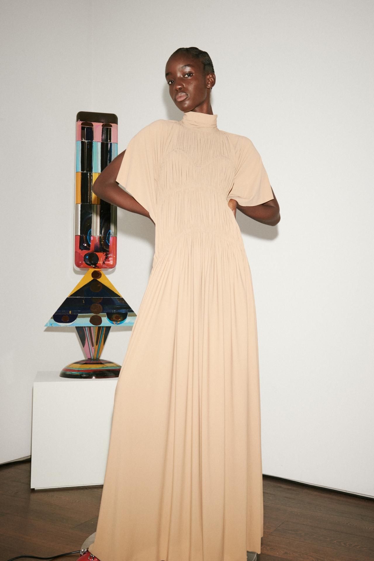 Безупречный стиль и яркие акценты: Виктория Бекхэм представила новую коллекцию (ФОТО) - фото №2
