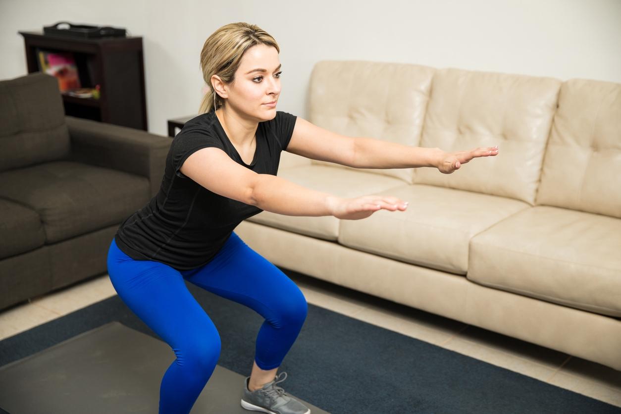 Фитнес дома: ТОП-10 простых упражнений для занятий на диване - фото №1
