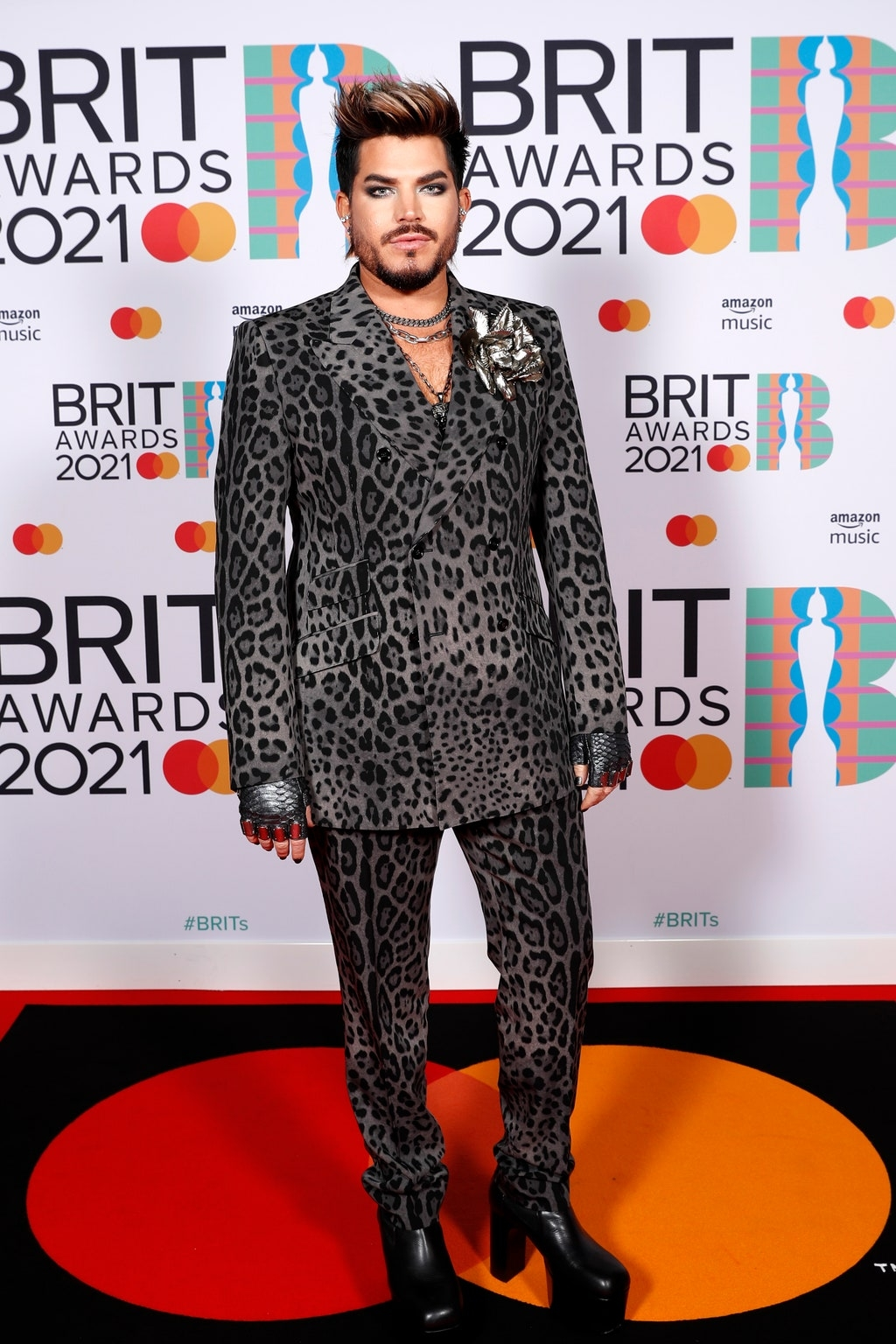 Самые яркие образы звезд на красной дорожке BRIT Awards 2021 (ФОТО) - фото №4