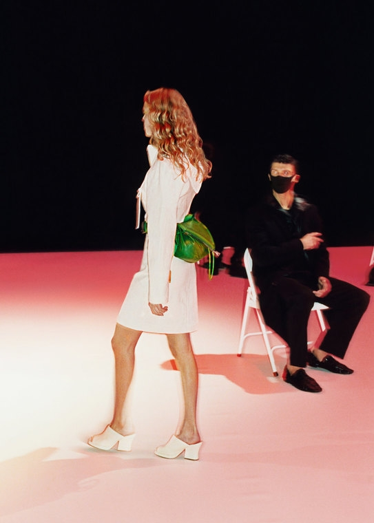 Безрукавки, вязанные вещи и конфетные оттенки: будущие тренды 2021 года в новой коллекции Bottega Veneta (ФОТО) - фото №2