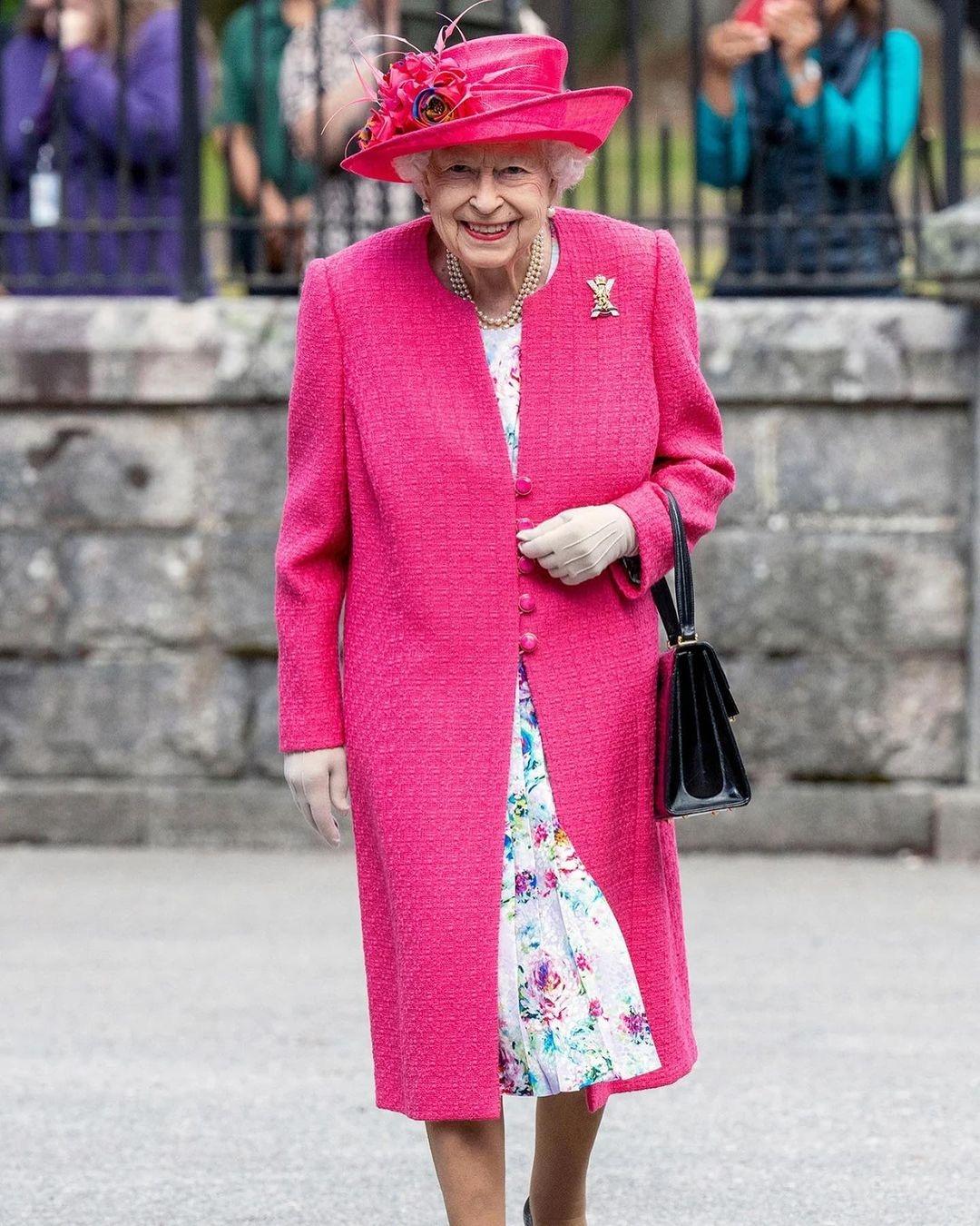 Королева выбирает розовый: Елизавета II восхитила новым выходом в женственном образе (ФОТО) - фото №1