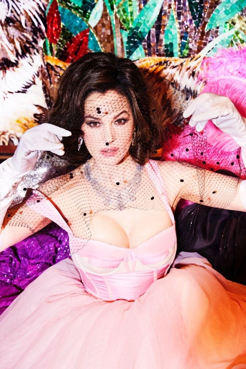 Красивые мужчины, перья и бриллианты: Моника Беллуччи примерила образ кабаре-дивы из культового клипа Мадонны (ФОТО+ВИДЕО) - фото №2