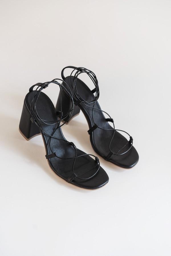 Гид по летней обуви: где найти самые стильные модели этого сезона? - фото №6