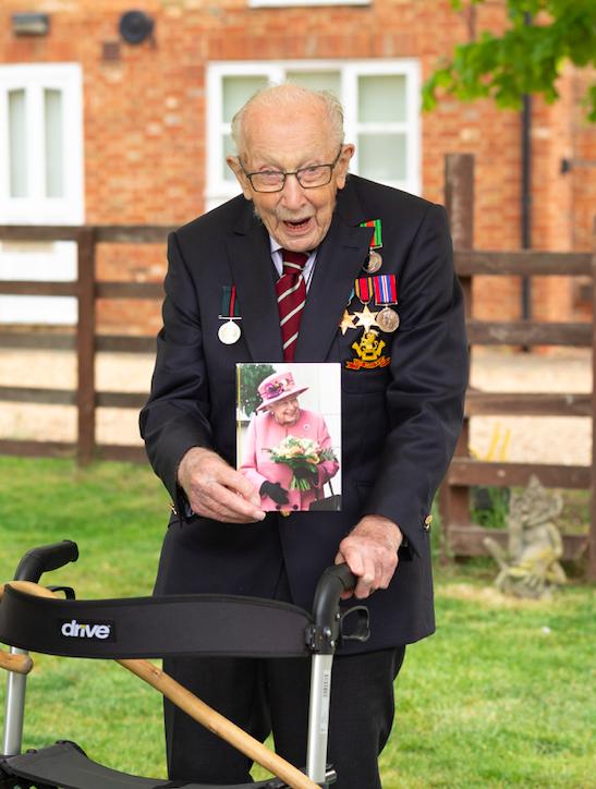 Ветеран Том Мур, собравший 40 миллионов для врачей, отпраздновал 100-летие (ФОТО) - фото №1