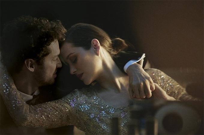 За кадром. Смотрите, как снимали рекламу Chanel №5 с Марион Котийяр (ФОТО+ВИДЕО) - фото №2