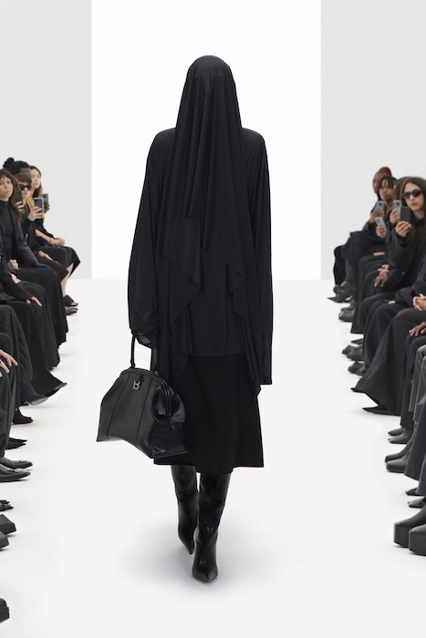 Цветочные платья, траурные костюмы и эстетика 90-х: Balenciaga выпустили новую коллекцию (ФОТО) - фото №1