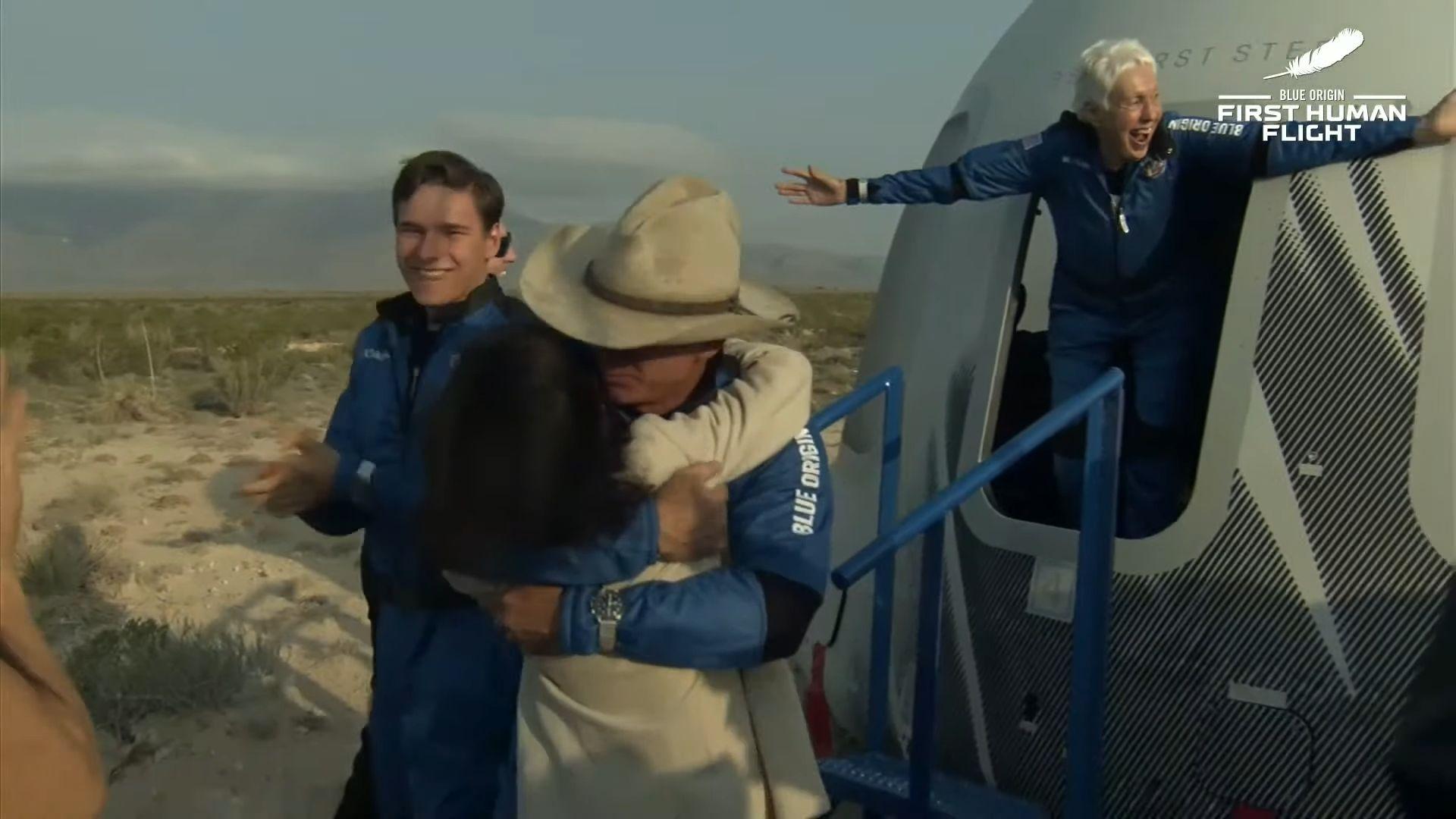 Миллиардер Джефф Безос впервые слетал в космос: смотрите, как это было (ФОТО+ВИДЕО) - фото №2