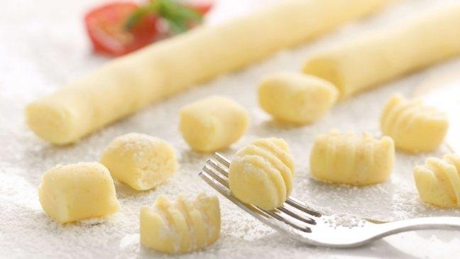картофельные клецки с фаршем под грибным соусом