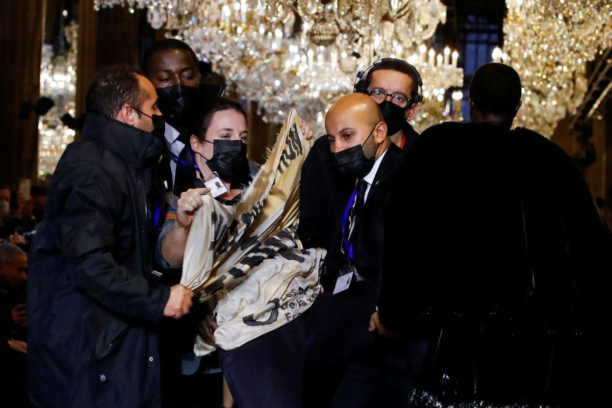 Экоактивисты попытались сорвать шоу Louis Vuitton в Париже (ВИДЕО) - фото №2