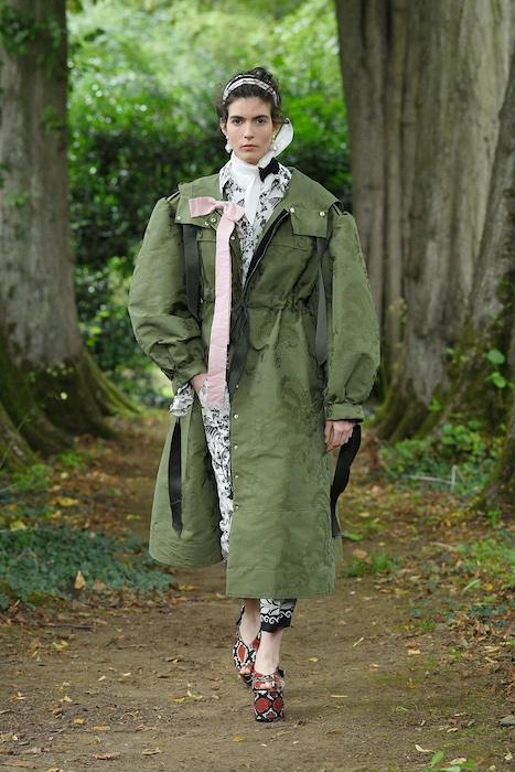 """Неделя моды в Лондоне: Erdem выпустили новую коллекцию по мотивам книги """"Любовница вулкана"""" - фото №8"""
