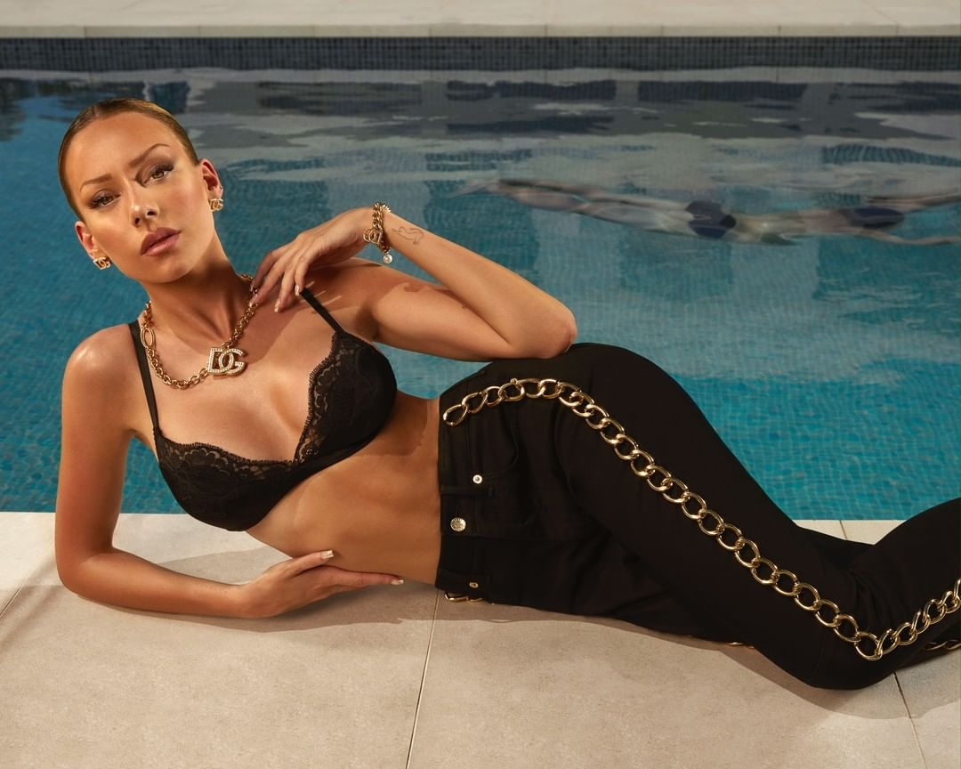"""Звезда сериала """"Элита"""" Эстер Экспосито стала лицом новой рекламной кампании Dolce&Gabbana (ФОТО) - фото №3"""