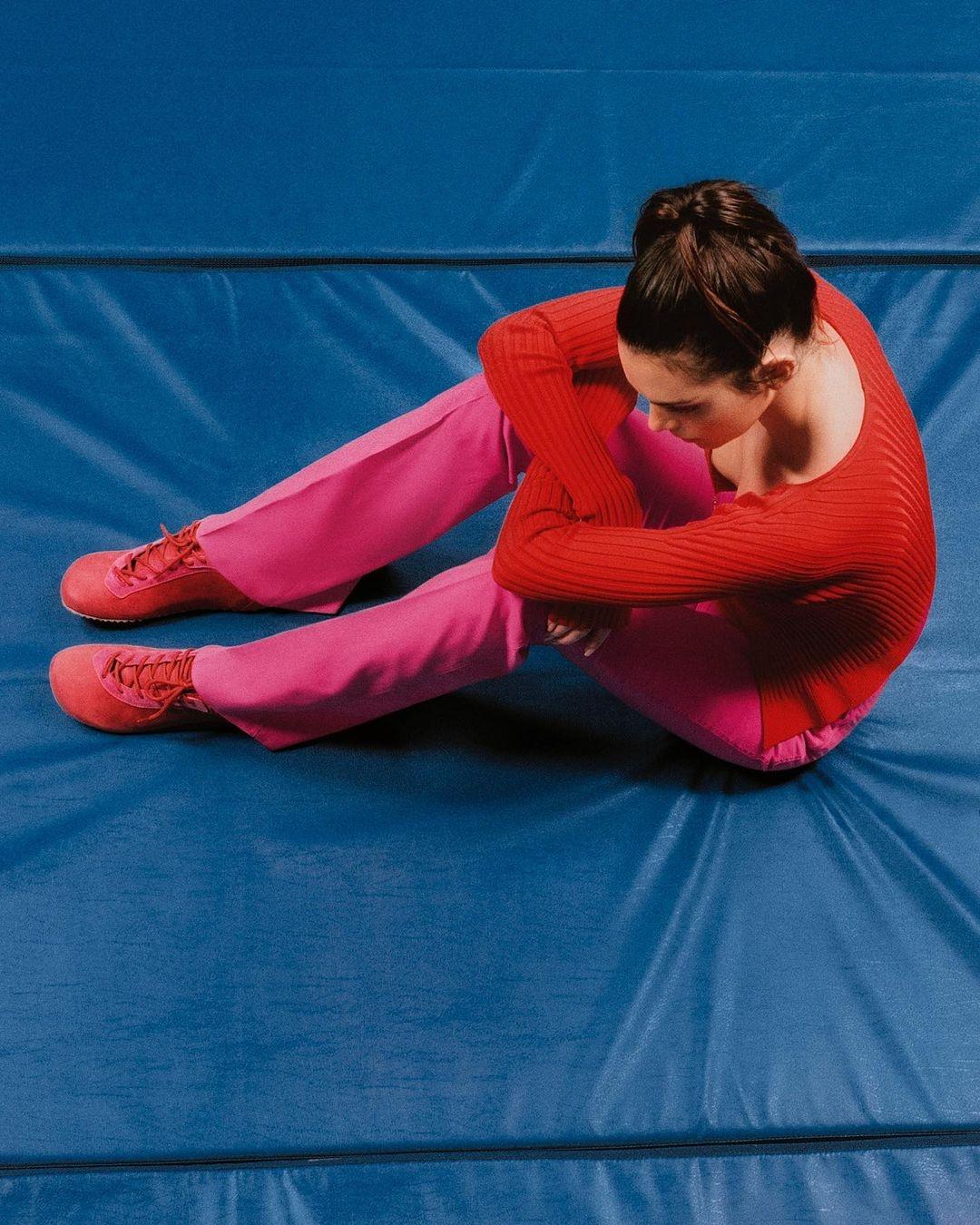 Без макияжа и фотошопа: Кендалл Дженнер снялась в новой кампании Jacquemus (ФОТО) - фото №3
