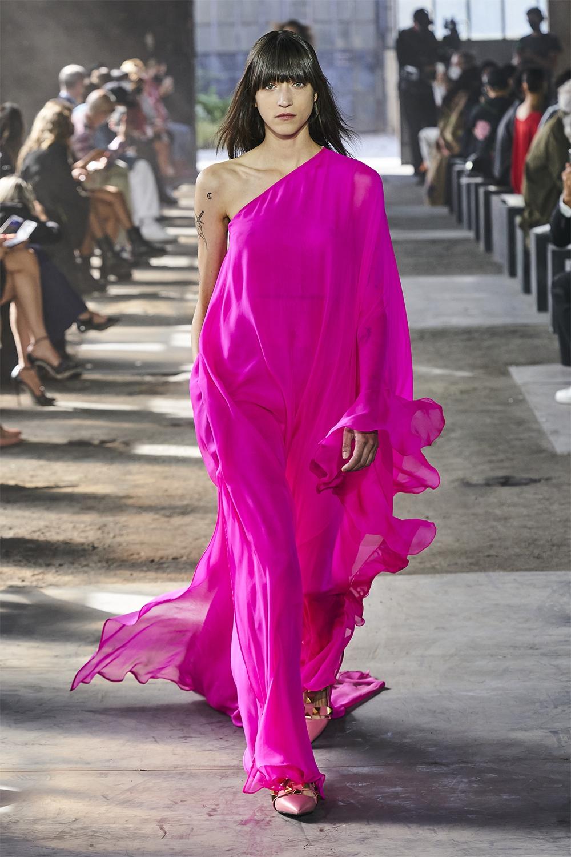 Неделя моды в Милане: Valentino представил коллекцию, вдохновленную цветами (ФОТО) - фото №13
