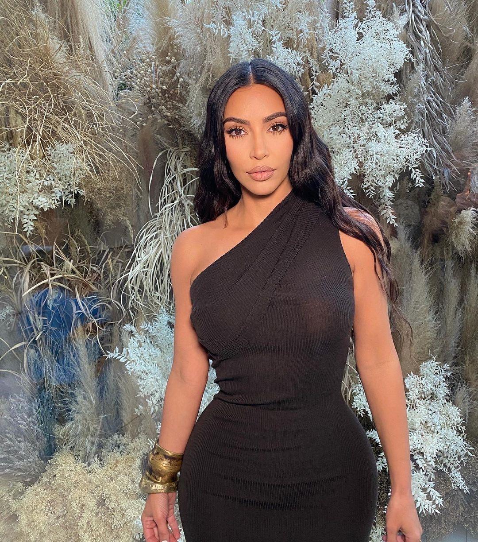Необычный выбор: Ким Кардашьян показала образ в скромном платье макси (ФОТО) - фото №3