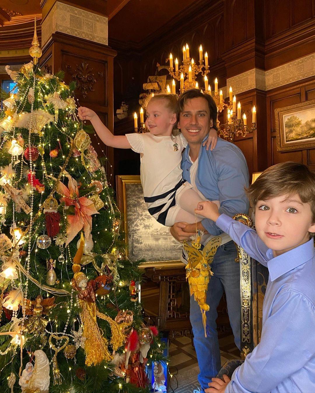 Максим Галкин показал, как с детьми украшает новогоднюю елку (ФОТО) - фото №1