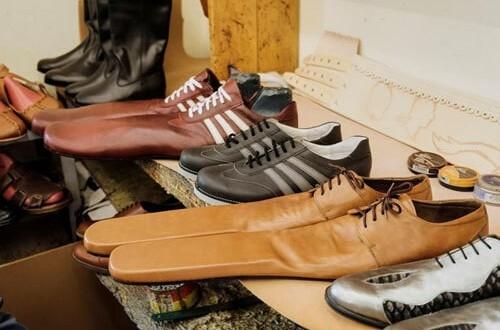 Сапожник из Румынии делает необычную длинноносую обувь, чтобы люди могли соблюдать дистанцию - фото №1