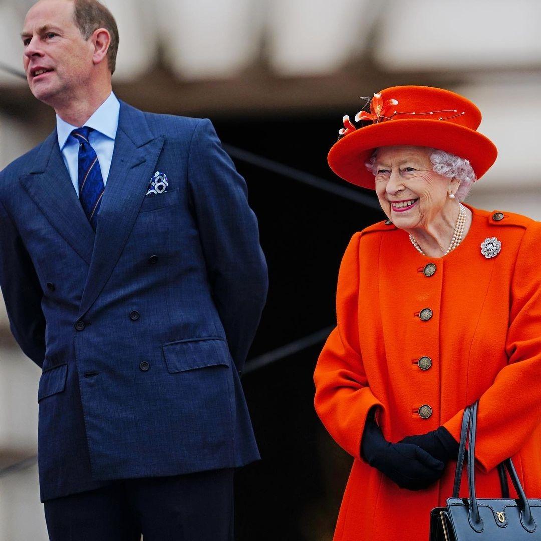 Королева Елизавета II покорила поклонников образом в ярком пальто (ФОТО) - фото №1
