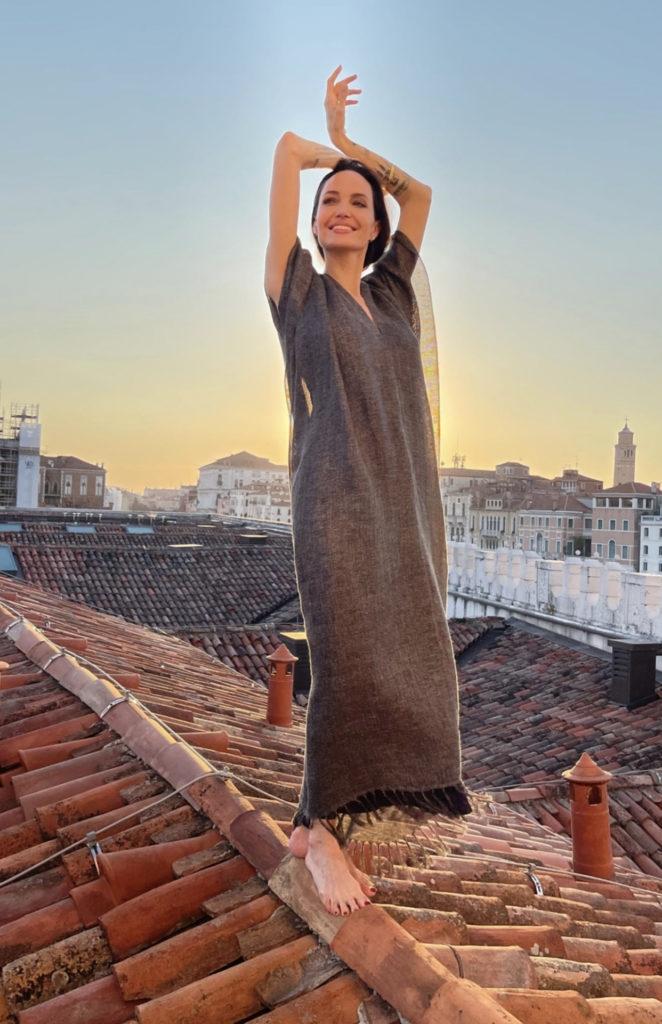 В длинном платье и без обуви: очаровательная Анджелина Джоли отдыхает в Венеции (ФОТО) - фото №1