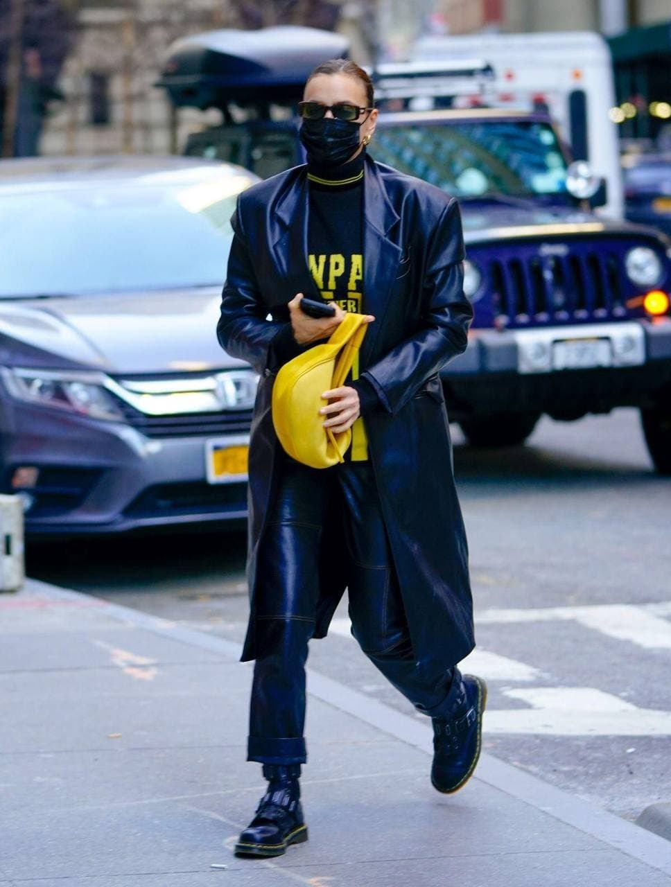 Ирина Шейк показала стильный образ в кожаном тренче от украиснкого бренда GASANOVA (ФОТО) - фото №2