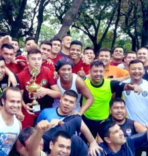 Роналдиньо в тюрьме: футболист выиграл 16-килограммового поросенка в лиге для осужденных - фото №1