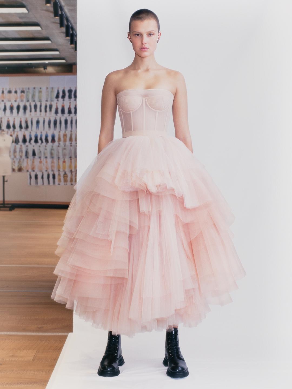Смотрите fashion-фильм Alexander McQueen, снятый по мотивам новой коллекции весна-лето 2021 (ВИДЕО) - фото №5