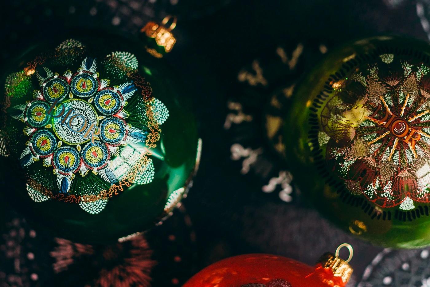 Объект желания: Dior выпустили набор елочных игрушек с изящными орнаментом (ФОТО) - фото №3