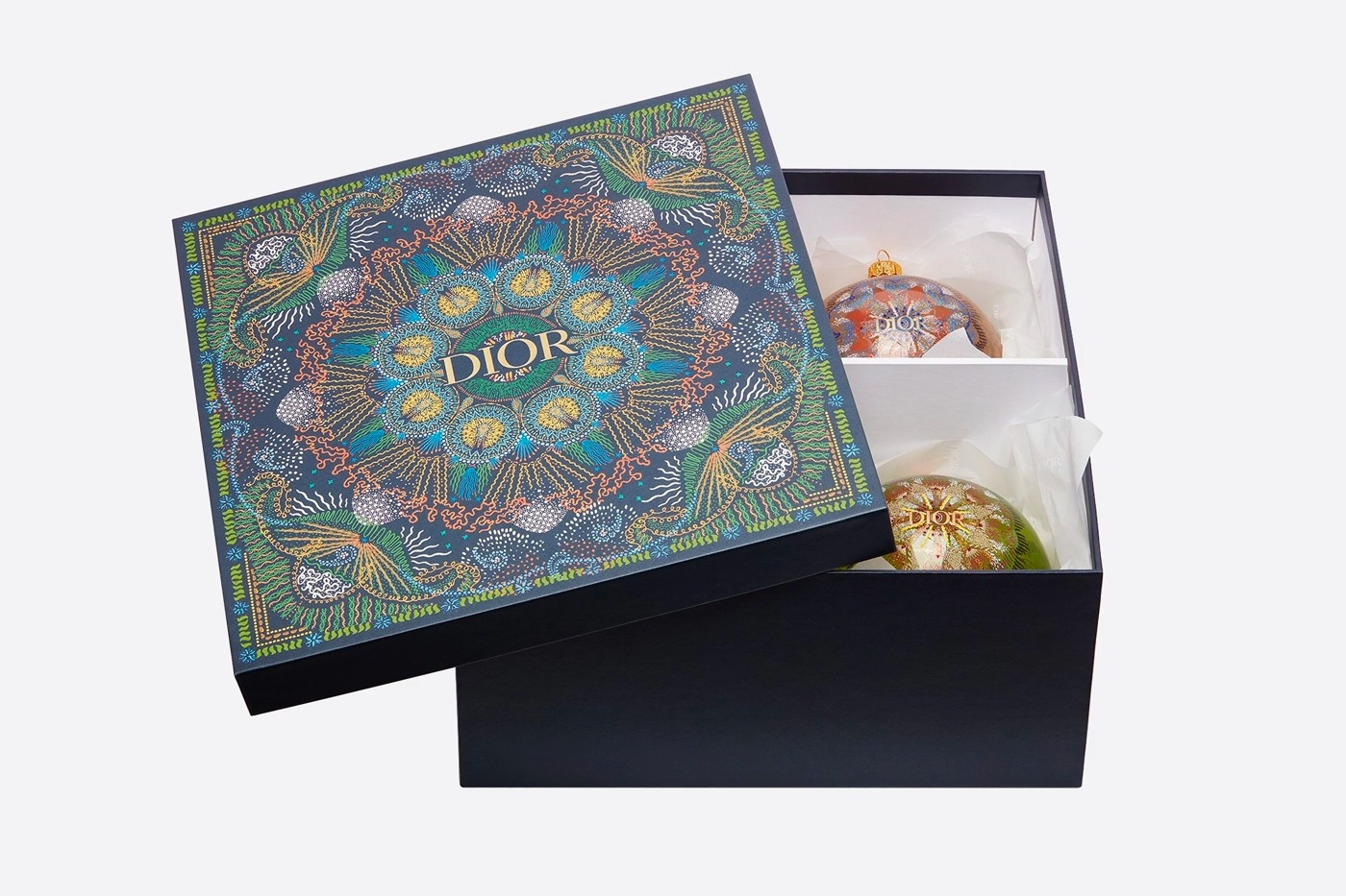 Объект желания: Dior выпустили набор елочных игрушек с изящными орнаментом (ФОТО) - фото №1
