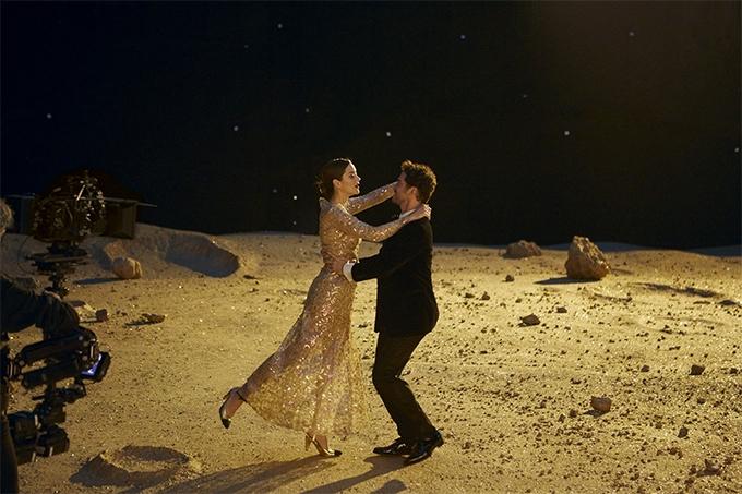 За кадром. Смотрите, как снимали рекламу Chanel №5 с Марион Котийяр (ФОТО+ВИДЕО) - фото №3