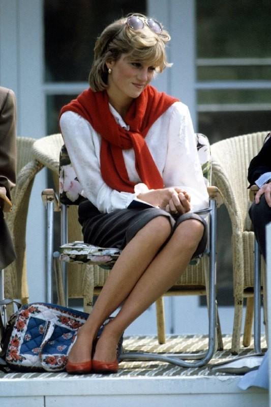 Как стильно носить свитер на примере принцессы Дианы - фото №10